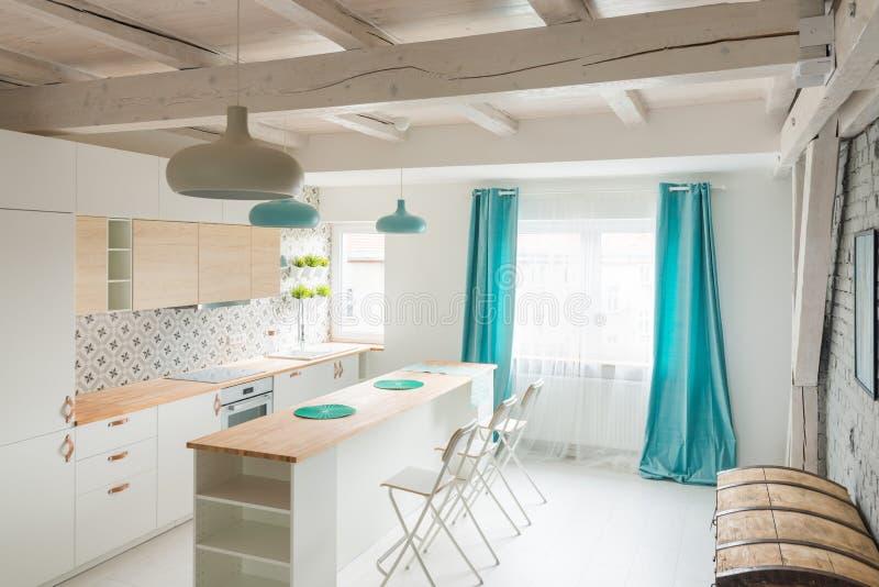 Open heldere keuken met wit meubilair Eilandkeuken stock fotografie