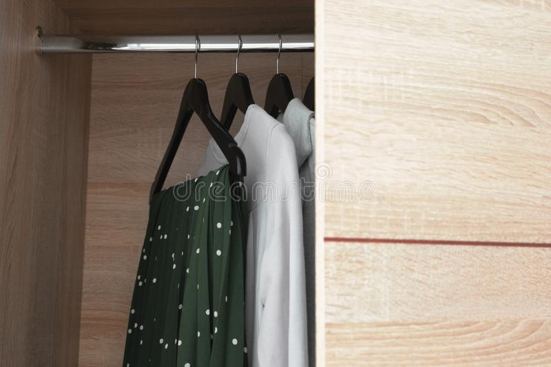 Open houten garderobekast met kleren royalty-vrije stock foto