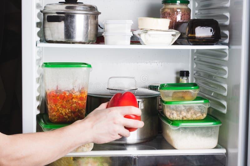 Open ijskast met voedsel in keuken Voorraden van voedsel voor volgende etenstijd stock foto