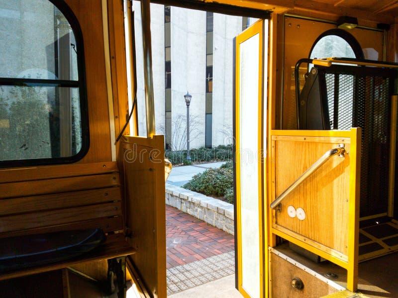 Open ingang aan de Georgia Tech Trolley-bus stock foto's