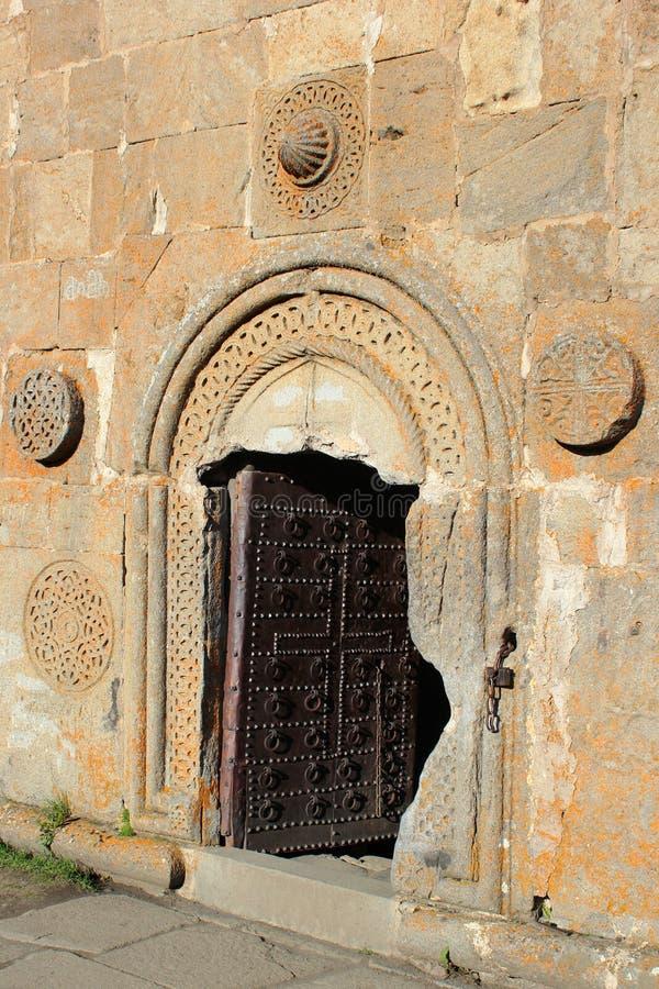 Open ingangsdeur aan de christelijke kerk van Gergeti dichtbij Kazbegi, Ste stock fotografie