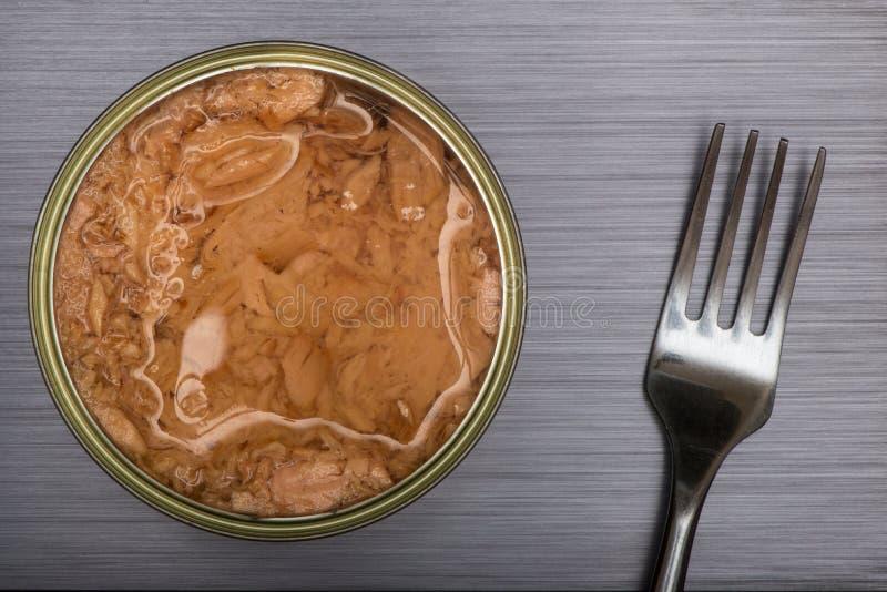 Open kan av tonfisk och gaffel royaltyfri foto