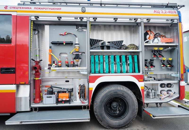 Open kant met het materiaal van de tankwagen AC 3.2 40/4 van het brandgebruis op chassis KAMAZ royalty-vrije stock afbeeldingen