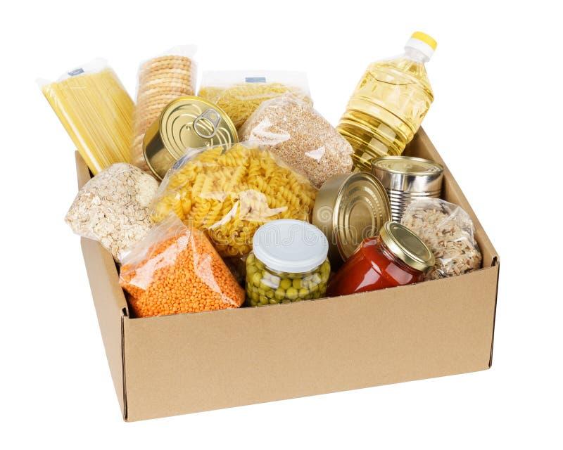 Open kartondoos met olie, ingeblikt voedsel, graangewassen en deegwaren royalty-vrije stock afbeeldingen