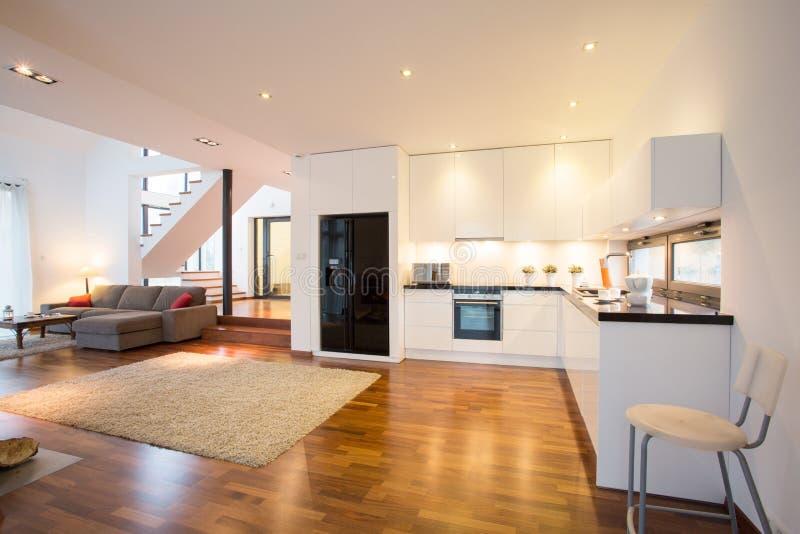 Open keuken en woonkamer stock foto. Afbeelding bestaande uit laag ...