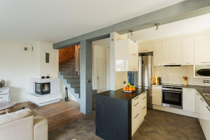 Open keuken en woonkamer stock foto. Afbeelding bestaande uit living ...