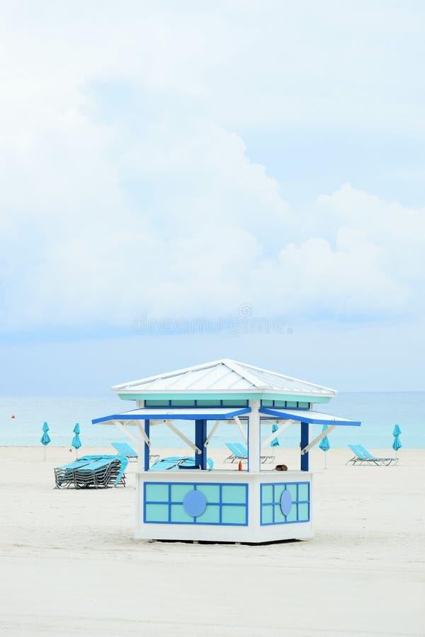 Open kiosk, sunbeds en sunshades bij Zuidenstrand, Miami, Florida, de V.S. stock foto