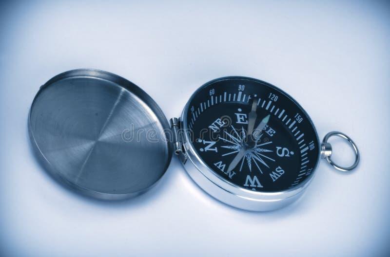 Open kompas in blauw stock fotografie
