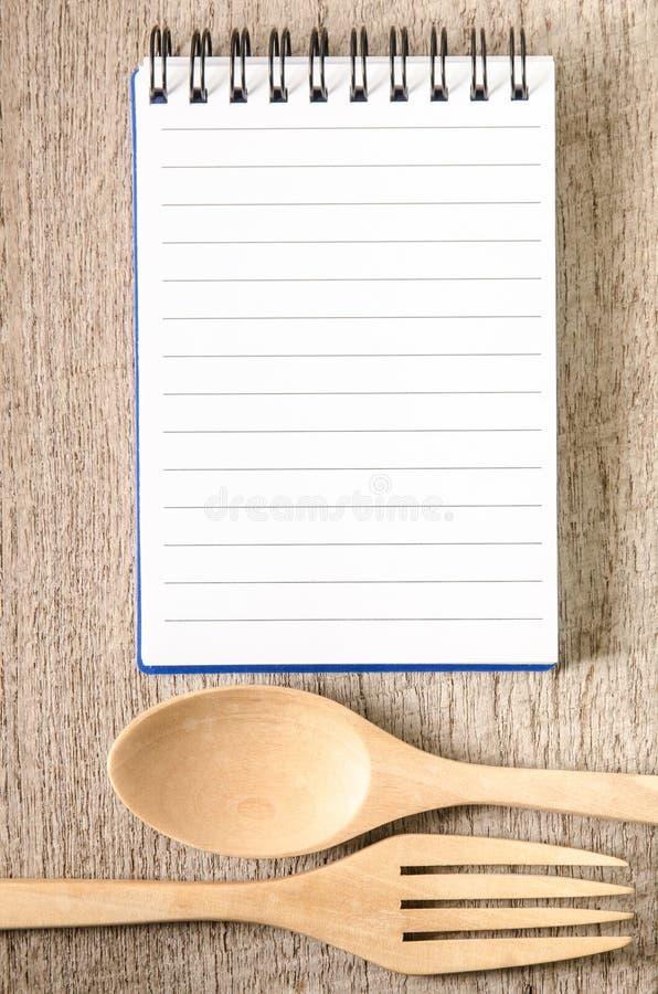 Open kookboek en keukengerei royalty-vrije stock afbeeldingen