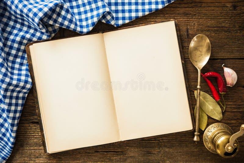 Open kookboek met keukengerei royalty-vrije stock foto