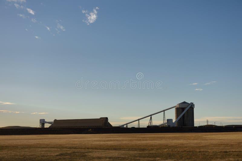 Open kuil de mijnbouwsilo's en lading en de verwerkingsinstallaties van de steenkooltrein royalty-vrije stock afbeeldingen