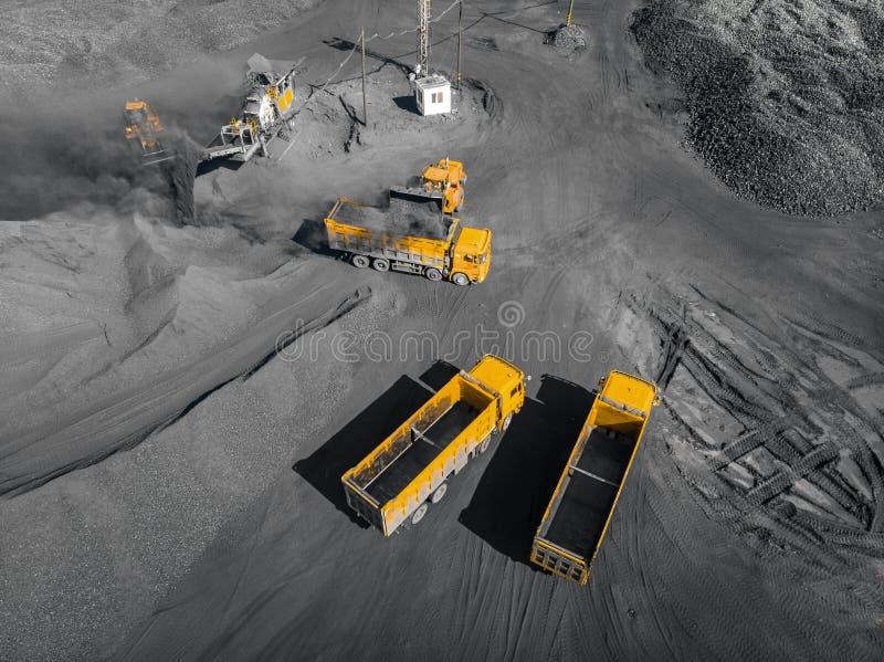 Open kuilmijn, steenkoollading in vrachtwagens, vervoer en logistiek, hoogste meningsantenne stock foto