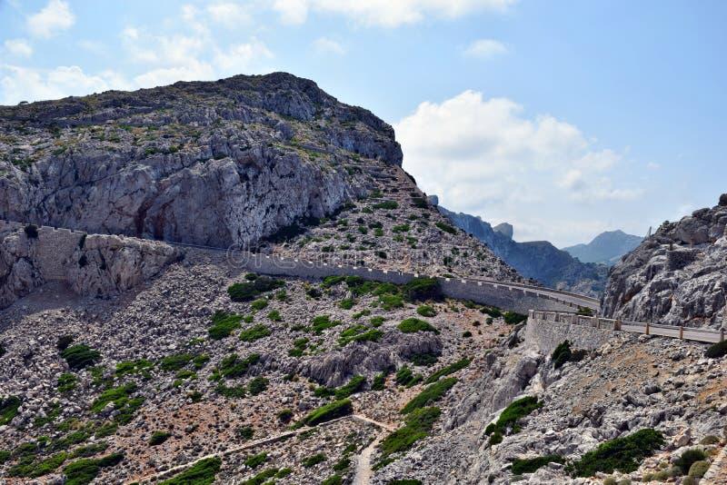 Open kustweg die door aan vuurtoren GLB Formentor winden royalty-vrije stock afbeeldingen