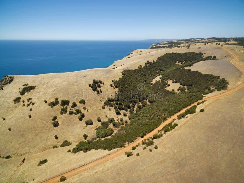 Open landelijke weg en oceaan luchtmening Kangoeroeeiland, Sout stock afbeeldingen