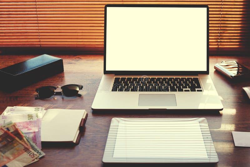 Open laptop computer en digitale tablet met het witte lege exemplaar ruimtescherm voor tekstinformatie of inhoud stock foto's