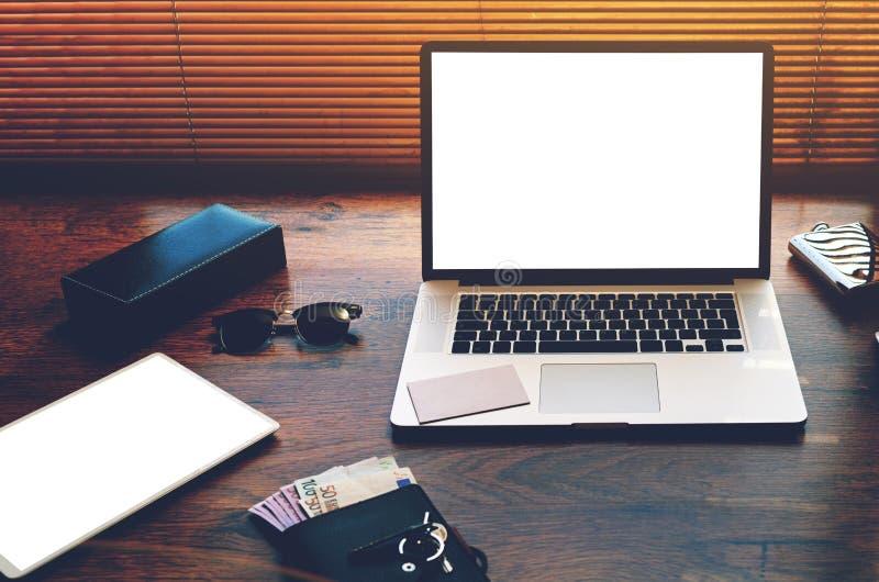 Open laptop computer en digitale tablet met het witte lege exemplaar ruimtescherm voor tekstinformatie of inhoud royalty-vrije stock afbeeldingen