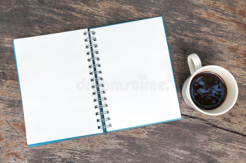 Open leeg notaboek met koffiekop royalty-vrije stock afbeeldingen