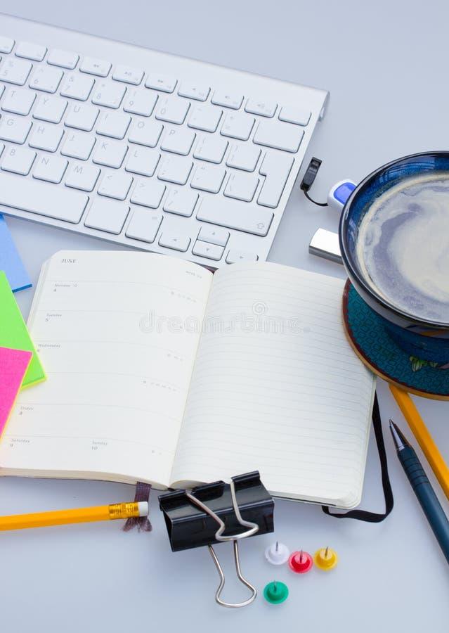 Open leeg notaboek op werkende lijst royalty-vrije stock afbeeldingen