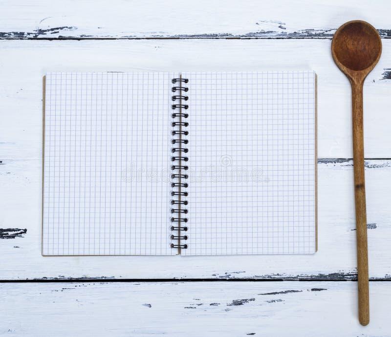 Open leeg notitieboekje in een doos en een keukenlepel royalty-vrije stock foto