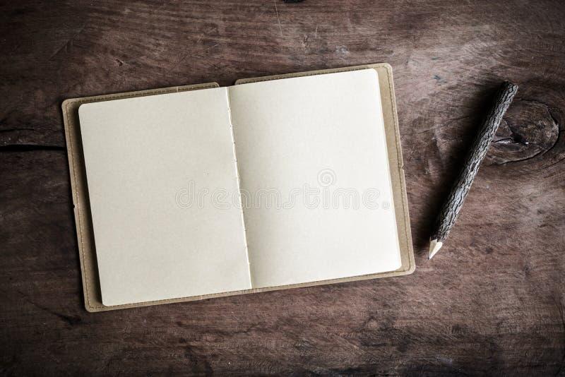 Open leeg notitieboekje op houten lijst stock fotografie