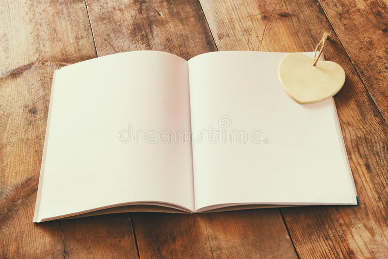 Open leeg notitieboekje over houten lijst klaar voor model retro gefiltreerd beeld stock foto