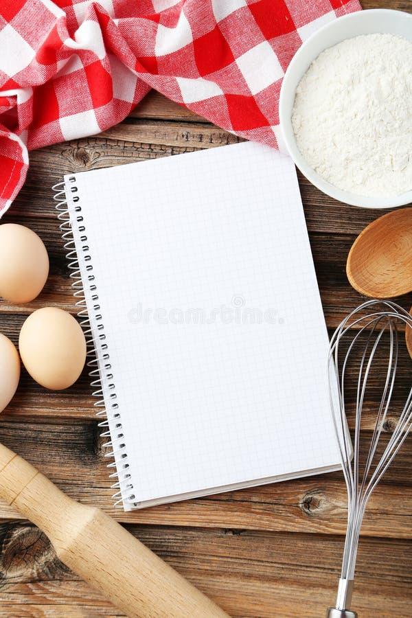 Open leeg receptenboek op de bruine houten achtergrond stock foto