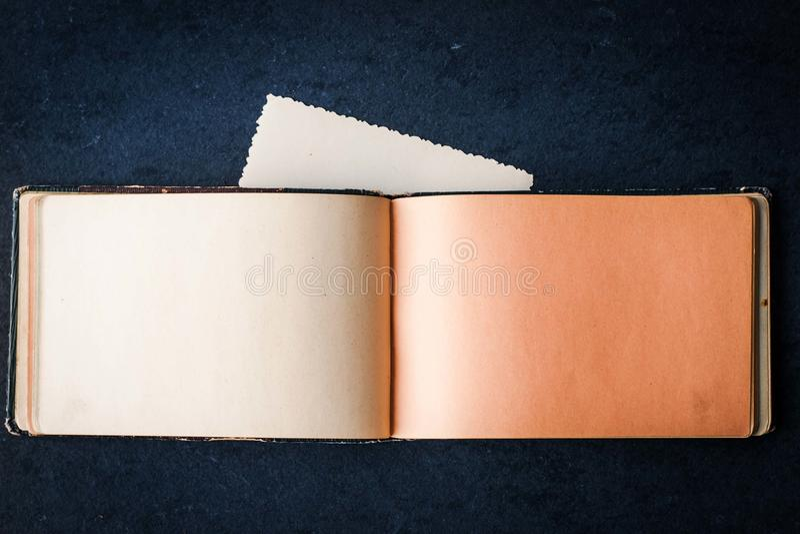 Open leeg uitstekend notitieboekje op de donkere steenlijst stock afbeelding