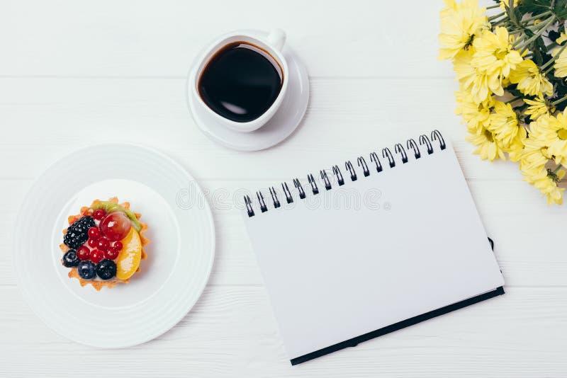 Open lege blocnote naast kop van sterke koffie royalty-vrije stock afbeeldingen