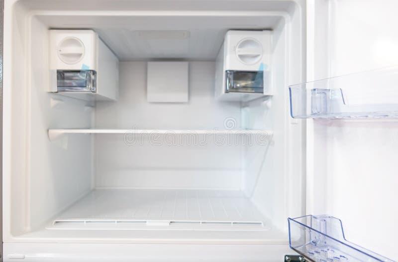 Open lege nieuwe witte ijskast binnen koelkast met planken royalty-vrije stock afbeeldingen