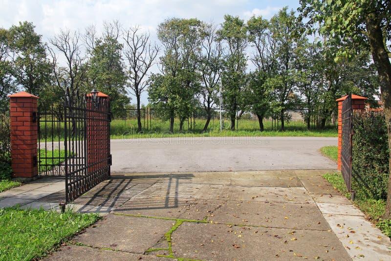 Open metaal moderne poort royalty-vrije stock afbeeldingen