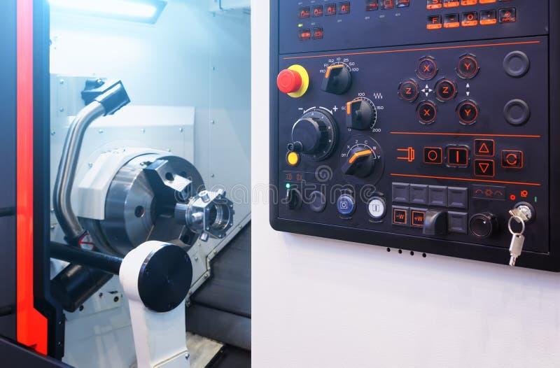 Open moderne cnc machine met het werk prostranost met robotwapen voor het machinaal bewerken stock afbeeldingen