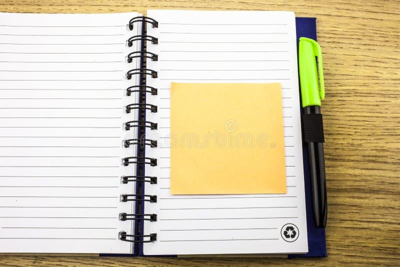 Open notaboek met stickies op houten achtergrond 3D Illustratie stock fotografie