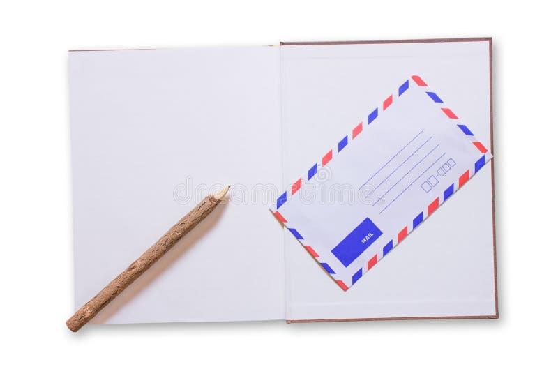 Open notitieboekje en post op witte achtergrond stock fotografie