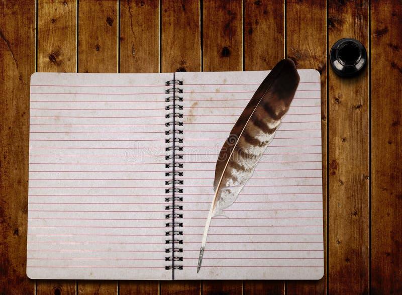 Open notitieboekje en veer met inktfles stock foto's