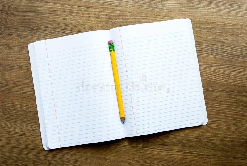 Open notitieboekje met geel potlood op een bureau royalty-vrije stock afbeelding