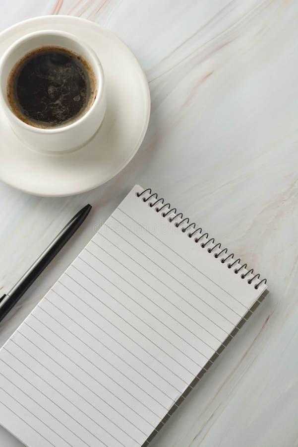 Open notitieboekje met kop van koffie op marmeren bureau Werkplaats, het werklijst Hoogste mening royalty-vrije stock fotografie