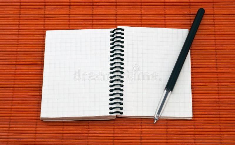 Open notitieboekje met pen stock afbeelding