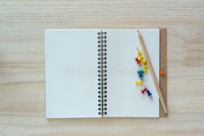 Open notitieboekje op houten achtergrond met pen stock foto