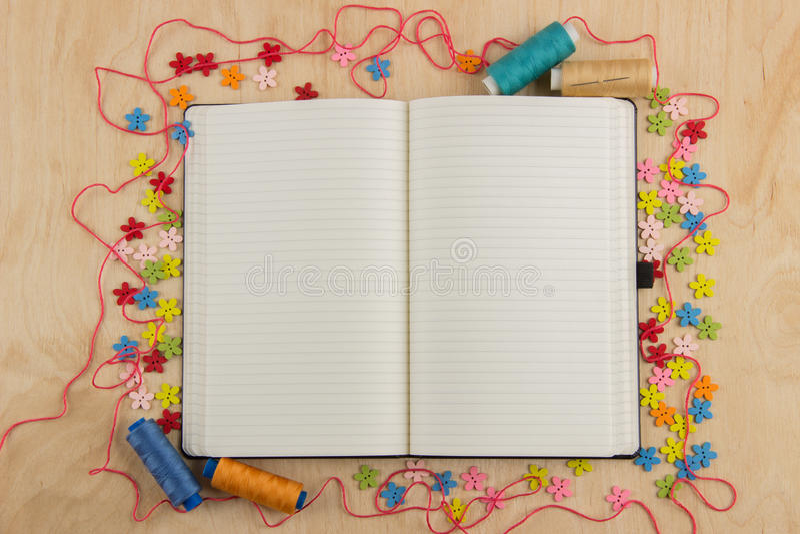 Open notitieboekjepagina needlewoman met knopen, draad, bloemen en royalty-vrije stock foto