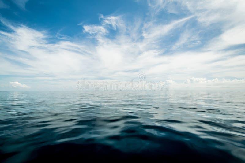Open oceaan en bewolkte hemel stock afbeelding