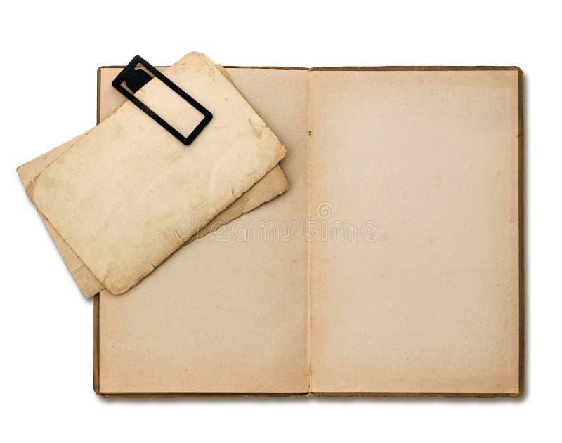 Open oud boek met document bladen stock foto's