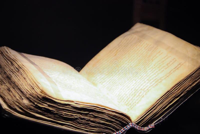 Open oud boek op een zwarte achtergrond royalty-vrije stock foto