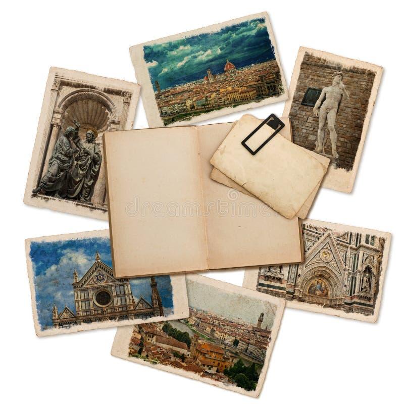 Open oud die boek met retro prentbriefkaaren op wit worden geïsoleerd stock foto's