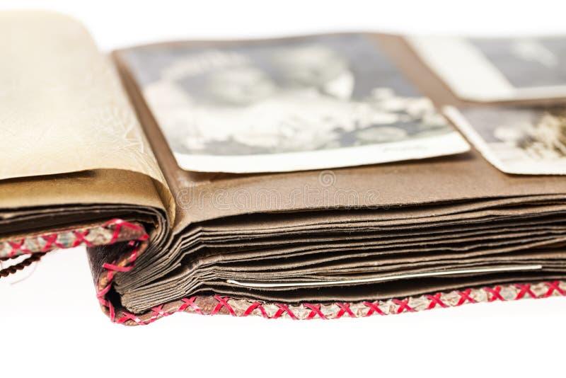 Open oud fotoalbum met vaag huwelijksbeeld stock afbeelding