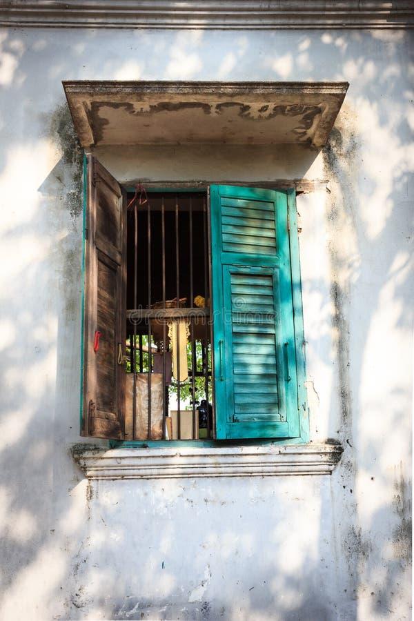 Open oud groen venster stock foto