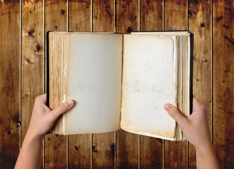 Open oud leeg boek in handen royalty-vrije stock foto