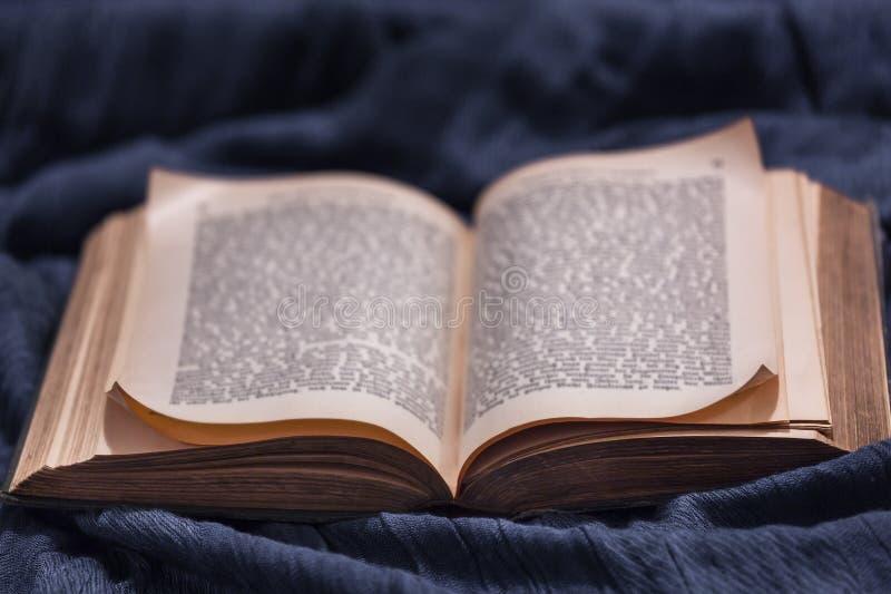 Open oud uitstekend boek royalty-vrije stock afbeeldingen