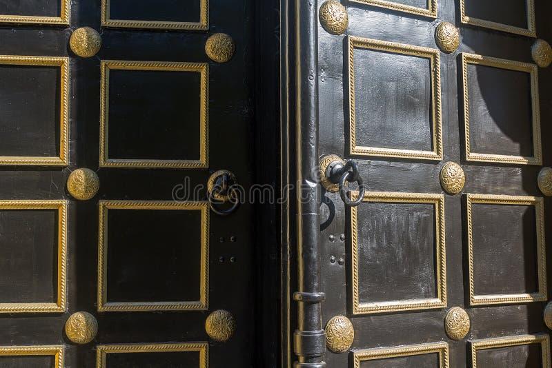 Open oude deur aan de Orthodoxe Kerk royalty-vrije stock fotografie