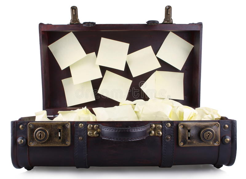 Open oude koffer met gele blocnote stock foto