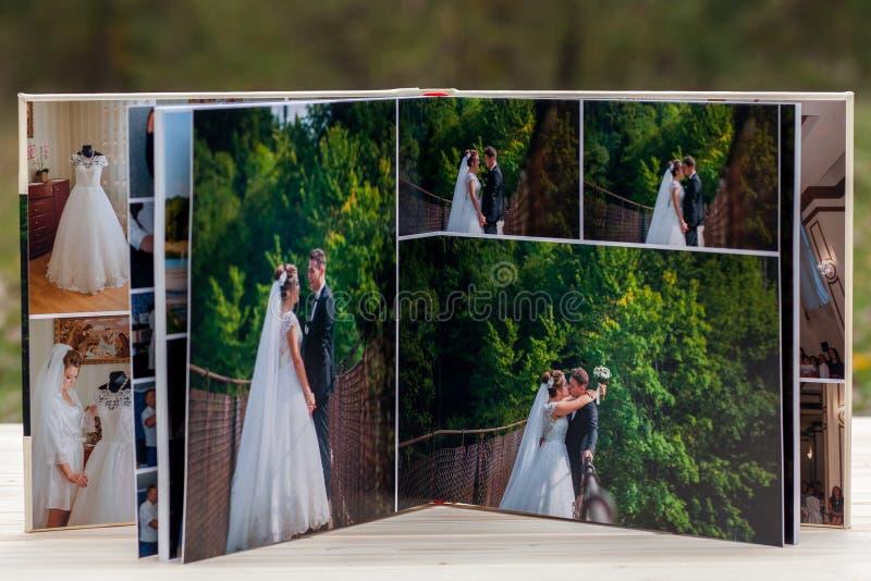 Open pagina's van bruin het huwelijksboek of album van het luxeleer royalty-vrije stock foto